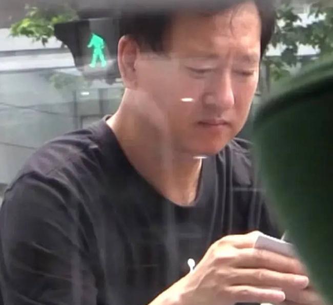 Bố Trịnh Sảng lộ diện. Ông là người đại diện của con gái, từng thay cô lên tiếng sau khi vụ bỏ rơi con bị vạch trần.
