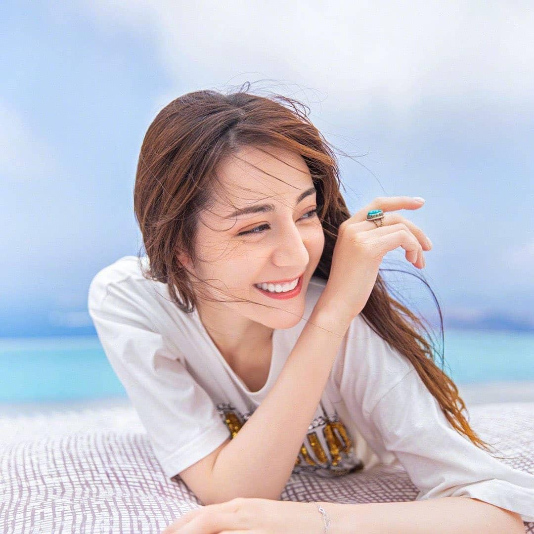 Kem chống nắng và xịt khoáng là những vật bất ly thân của người đẹp sinh năm 1992.