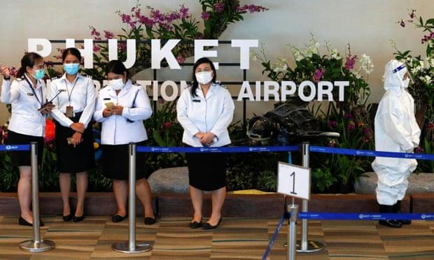 Nhân viên sân bay Phuket chuẩn bị trước khi đoàn khách quốc tế đầu tiên hạ cánh. Ảnh: Reuters