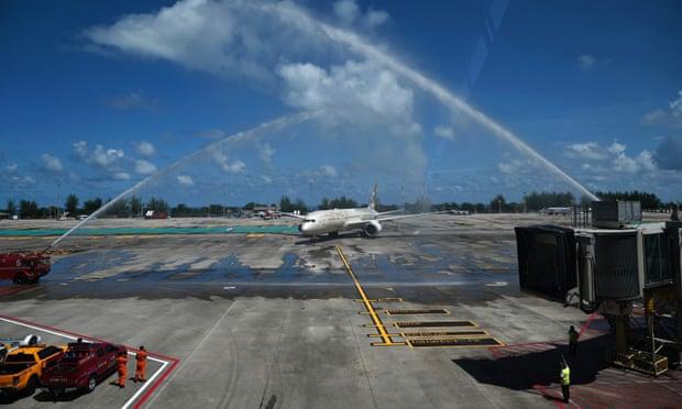 Chiếc máy bay đầu tiên chở khách quay lại Phuket. Ảnh: Reuters