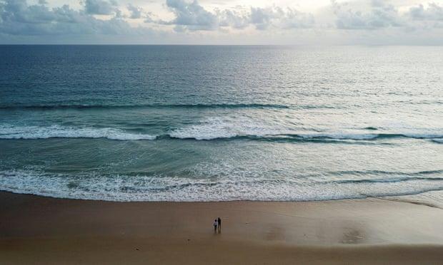 Bãi biển ở Phuket trở nên vắng lặng sau đại dịch, trước đó nơi đây luôn chật kín du khách. Ảnh: Reuters