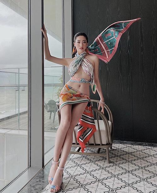Lương Thùy Linh lấy khăn lụa làm váy - áo sexy.